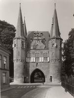 F000678 De stadszijde van de Broederpoort, rechts het hekwerk van de Nieuwe Kerk aan de Broederweg.