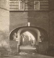 F000690 Twee leeuwen bij de onderdoorgang van de Broederpoort (1714) naar de Broederweg.