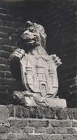F000693 Stenen leeuw met stadswapen van de stad Kampen, het beeld maakt onderdeel uit van de poort en staat naast de ...