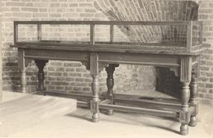 F000701 Vitrinekast in het museum de Broederpoort aan de 2e Ebbingestraat.