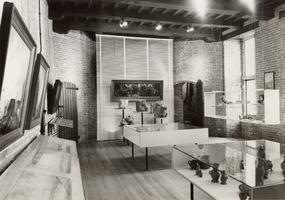 F000716 Interieur van het middengedeelte van de poort met vitrinekasten waarin de collectie is tentoongesteld in het ...