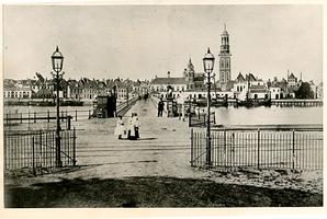 F002528 De houten IJsselbrug en zicht op de stad, de brug is in 1872-73 afgebroken.
