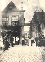 F000799 Het winkel/woonhuis op de hoek van de Geerstraat nr. 16 en Hofstraat omsteeks 1925, de kapperswinkel van ...