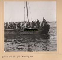 F004810 Het pontveer over de IJssel ter hoogte van het Ganzendiep – met de Ganzendiepbrug op de achtergrond - in 1941 ...