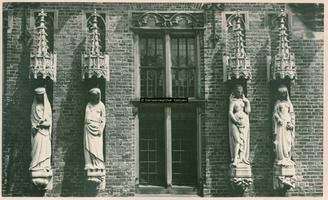 F001358 Vier van de zes beelden aan de gevel van het Oude Raadhuis in de Oudestraat, v.l.n.r. de Matigheid - de Trouw - ...