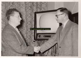 F001177 Overhandiging van een televisietoestel voor de bewoners van de Gast- en Proveniershuizen namens de Kamper ...