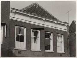 F000815 Bovenste gedeelte van de voorgevel van pand Graafschap 22 (?) oude vestiging van garage Van Zelst.