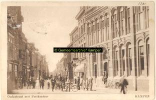 F001281 Oudestraat, gezien ter hoogte van de Gasthuisstraat met rechts het Postkantoor, ontworpen door Rijksbouwmeester ...