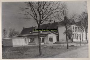 F001022 Nederlands Hervormde Kerk met meesters- en kosterswoning aan de Heultjesweg op het Kampereiland. Voor het ...