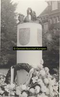 F002007 Monument voor de in Indië gesneuvelde militairen 1945-1948 in het stadsplantsoen.Voorstellende: groep biddende ...