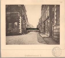 F001229 Oudestraat, met links het Oude Raadhuis met trap en rechts de ingang van de Nieuwe Toren,gezien richting ...