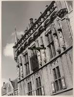 F001366 Beelden en laat-gotische ijzeren kooi aan de gevel van het Oude Raadhuis aan de Oudestraat, v.l.n.r. Karel de ...