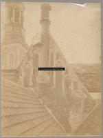 F001333 Zijgevel van het Oude Raadhuis bij het dak van het aangrenzende Gemeentehuis, aan de fraaie schoorsteen hangt ...