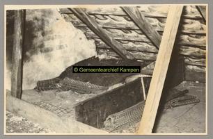 F001185 Kinderslaapplaats op de zolder van een Schokkerhuis aan de Noordweg nr. 94.