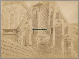 F001334 Detailfoto van de zijgevel met schoorsteen van het Oude Raadhuis bij de aansluiting van het dak van het ...