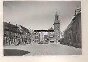 F001160 De Nieuwe Markt, in het midden de Gasthuisstraat met daarachter de Nieuwe Toren. Voor de Gasthuisstraat staat ...
