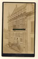 F001342 Het Oude Raadhuis aan de Oudestraat, de trapopgang en toegang tot het Raadhuis werden verwijderd bij de ...