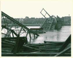 F009204 Een gebombardeerde IJsselbrug.