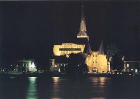 F005734 Verlichte Bovenkerk en Koornmarktspoort .