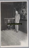 F003001 J.H.P. Ennema in het oude stadhuis van Kampen (thans gemeente museum). De heer Ennema was werkzaam bij het ...