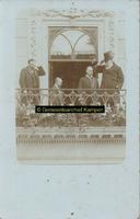 F005744 Paul Kruger (met hoed) en burgemeester J.D.A. van Blommestein op het bordes van het Nieuwe Raadhuis.