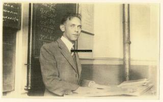F008572 Dhr. E. AltenaGefusilleerd Prinsenstraat 28 september 1944. Zijn naam staat vermeld op de gedenksteen in de ...