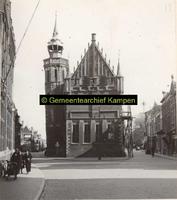 F001320 Het Oude Raadhuis met de schepentoren te midden van de Voorstraat (links) en de Oudestraat (rechts), links ...