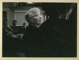F007549 Ida Gerhardt gehuldigd in de Stadsgehoorzaal door o.a. burgemeester H.C. Kleemans.