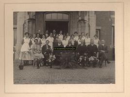 F001175 Het College van Regenten en het personeel van het Stadsziekenhuis ter gelegenheid van het afscheid op 30 ...