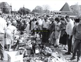 F005722 Rommelmarkt in de Julianastraat ter gelegenheid van Koninginnedag.