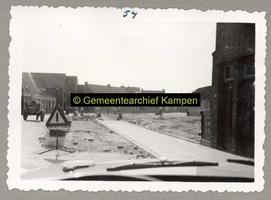 F001189-3 De Noordweg in de richting van de Sint-Nicolaasdijk, net voorbij het boerderijtje (rechts) de kruising ...