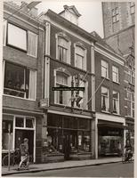 F001293 Panden Oudestraat 136-140, gezien vanaf het stadhuis,llinksboven een deel van de Nieuwe Toren.Betrof de winkels ...