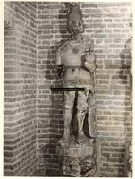 F001370 Oorspronkelijk grijs zandstenen beeld, afkomstig van de gevel van het Oude Raadhuis aan de Oudestraat, ...