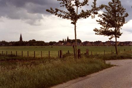 Kijk op Achterdijk Werkhoven vanaf pad langs het voetbalveld. Weiland werd 'Landje van Kemp' genoemd en is anno 2016 ...