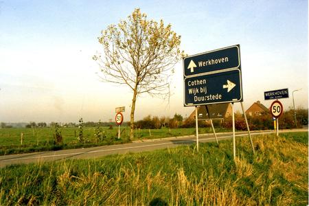 Zicht op Werkhoven vanaf de Achterdijk. Links de rooms-katholieke kerk en rechts de nederlandse-hervormde kerk