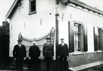 Familie Van Echtelt voor hun woonhuis aan de Ambachtstraat
