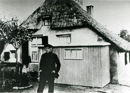 Opa Sterkenburg voor zijn boerderijtje aan de Ambachtstraat