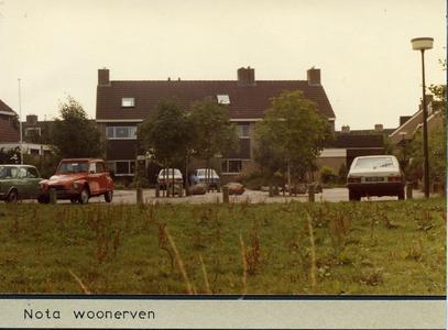 Blok woonhuizen met geparkeerde auto's. Auto rechts heeft kenteken 11-RP-07
