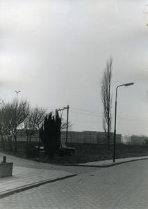 Voor de aanleg van het speelterrein, zicht op opslag Vrumona aan overzijde spoorweg