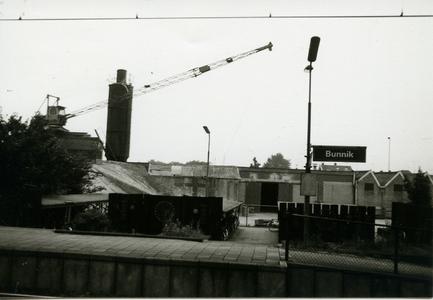 Station Bunnik aan de Groeneweg. Op achtergrond betonindustrie 'Destrebecq'