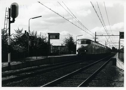 Station Bunnik aan de Groeneweg gezien richting zijde A12. Op spoor NS treinstel type 'Hondenkop'