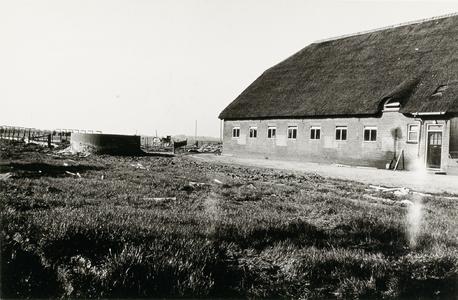 Linkerzijgevel van het achterhuis van de boerderij, links daarvan een open silo.