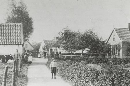 Een deel van de Boomgaardweg, zoals het was in 1905. De twee huizen rechtsmidden zijn verdwenen, de andere staan er ...