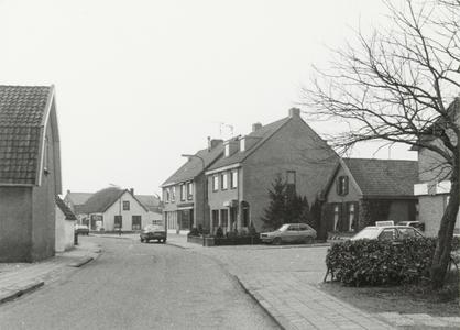 De Boomgaardweg met op de achtergrond Bloemenboetiek Annemiek (witte huis), rechts daarvan resp. kapsalon Miltenburg, ...