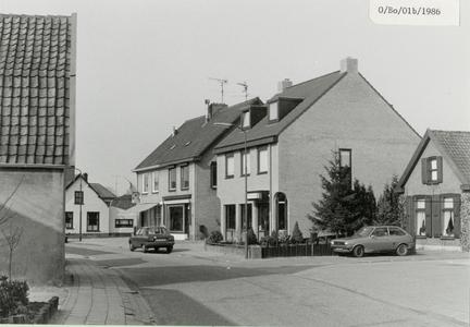 Gezicht op de Boomgaardweg richting De Meent, vanaf links wit woonhuis, kapsalon Annemiek 5a, slagerij 5b, de apotheek ...