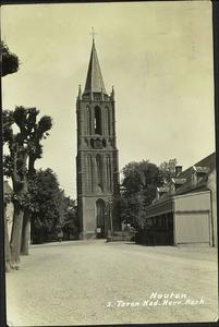 De Burgemeester Wallerweg met de toren van de nederlands-hervormde kerk en rechts café De Engel.