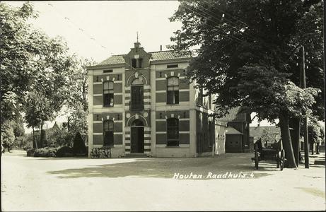 De voorgevel van het gemeentehuis op het Plein.
