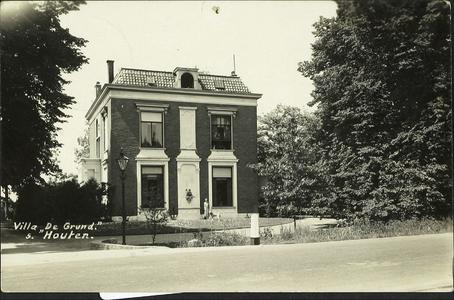 Voorgevel van de burgemeesterswoning villa De Grund aan De Poort.