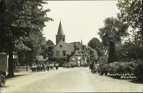Gedeelte van het Plein met op de achtergrond café De Zwijger (toen café Dorpszicht) en de toren van de ...
