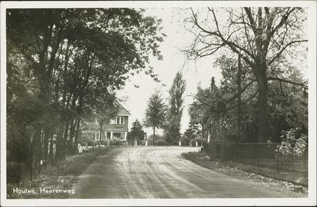 De Herenweg met rechts het hekwerk van de tuin van Villa Bel Respiro.